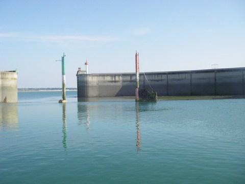 Le port de Granville à marée basse : un muret retient l'eau pour maintenir les bateaux à flot !