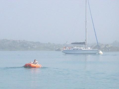 Navettes entre le bateau et la cale, on voit la bouée en ferraille
