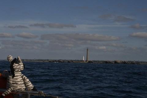 Monsieur Doudou devant le phare de l'Ile Vierge