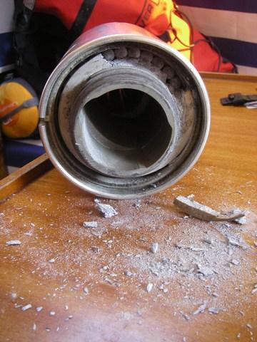 La bague du roulement inférieur de l'enrouleur, dégommée à coups de tournevis. On distingue les billes soudées par l'alumine (là aussi, délogeage au tournevis)