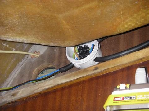 Le boîtier de dérivation principal : à gauche l'arrivée du tableau (dégainée en partie pour passer un ptit trou), en haut la prise d'alimentation du téléphone et du modem, et à droite le câble qui va à la cuisine et celui qui va au chauffe-eau