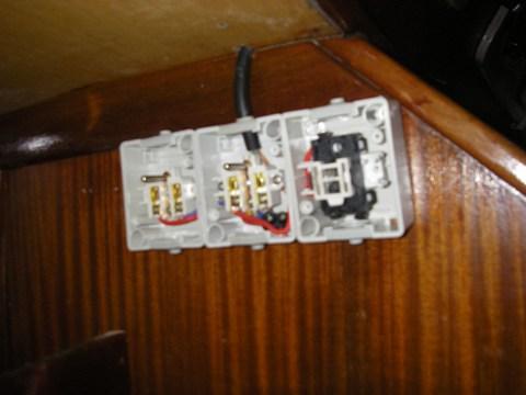 Câblage des prises de la cuisine et du carré. L'interrupteur de droite commande la prise du milieu sur laquelle vient se brancher la table à induction.