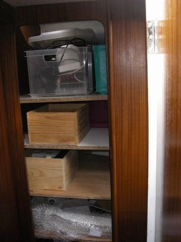 Les anciens toilettes transformés en étagères