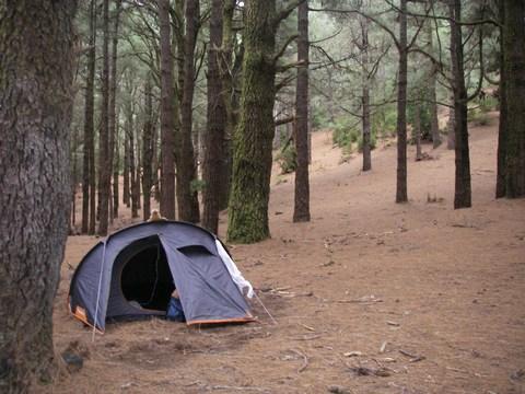 04-Firmin garde la tente.JPG