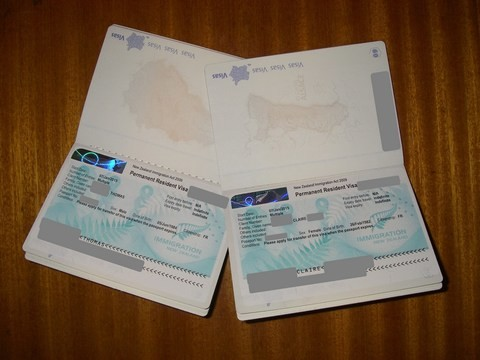 """Nos nouveaux passeports français et notre résidence permanent (cherchez le """"indefinite"""")"""